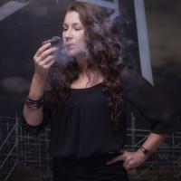 camae-smokes-a-savinelli-spring-626-smooth-billiard-07.jpg