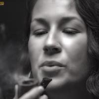 camae-smokes-a-savinelli-spring-626-smooth-billiard-08.jpg