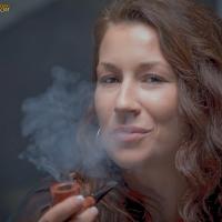 camae-smokes-a-savinelli-spring-626-smooth-billiard-09.jpg