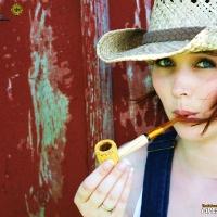chelsea-smokes-a-corn-cob-pipe-02.jpg